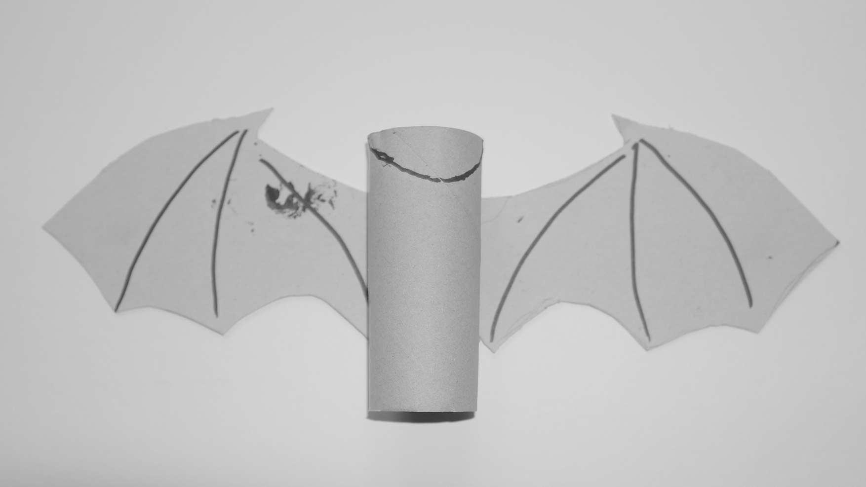 vleermuizen - doe het zelf vleermuis van wc rol en karton - stap 2 de wc rol