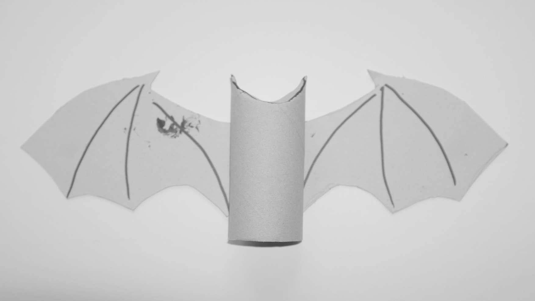 vleermuizen - doe het zelf vleermuis van wc rol en karton - stap 3 plak vleugels aan wc rol